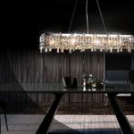 żyrandol w salonie z ciemnymi ścianami – aranżacje