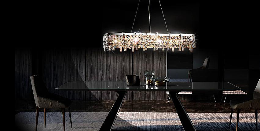 żyrandol w salonie z ciemnymi ścianami - aranżacje